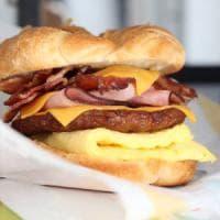 """Bologna, la """"guerra"""" del panino: Burger King al posto di McDonald's, è la prima volta in..."""