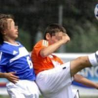 Picchia avversari per difendere il figlio: follia di un papà durante torneo di calcio a...
