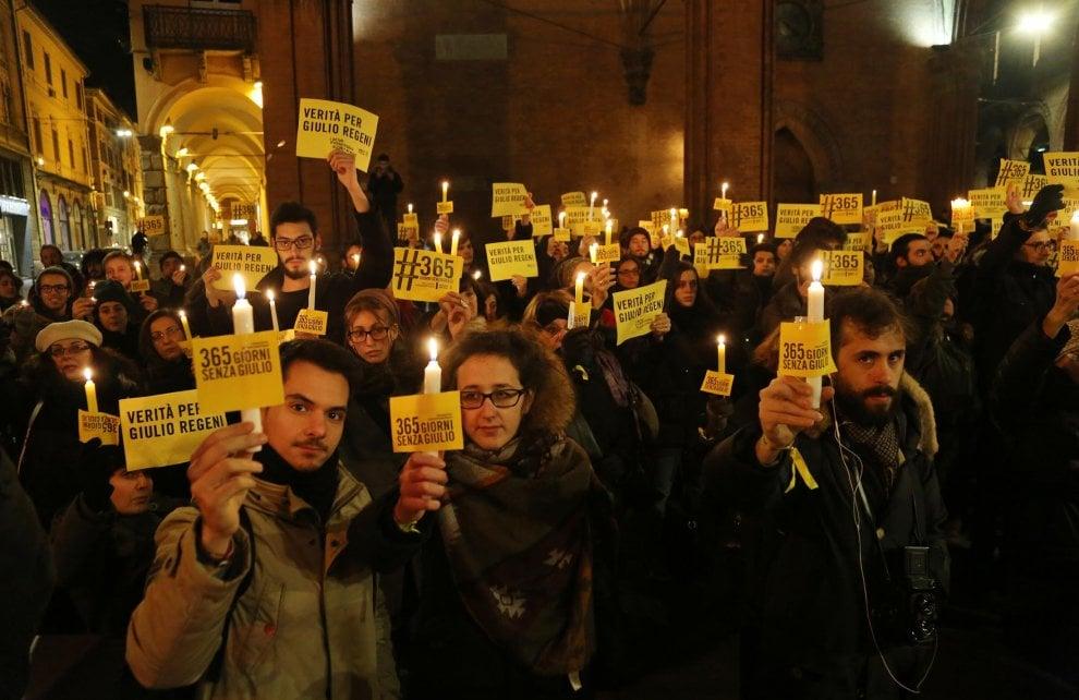 """""""Un anno senza Giulio"""": la fiaccolata a Bologna per Regeni"""
