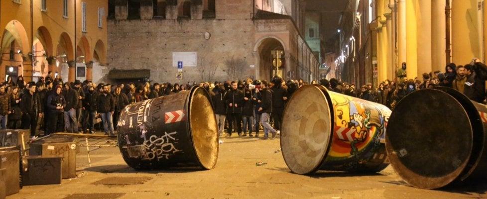 Guerriglia all'Università di Bologna: la polizia sgombera la biblioteca occupata