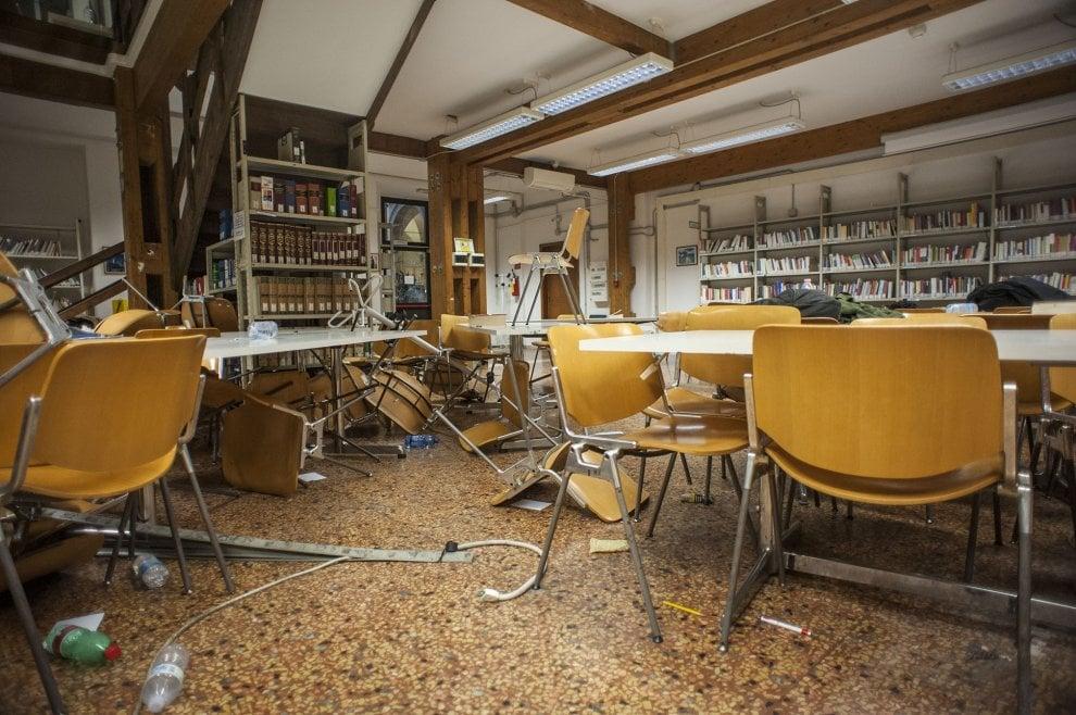 Bologna, cosa resta della biblioteca devastata dagli scontri