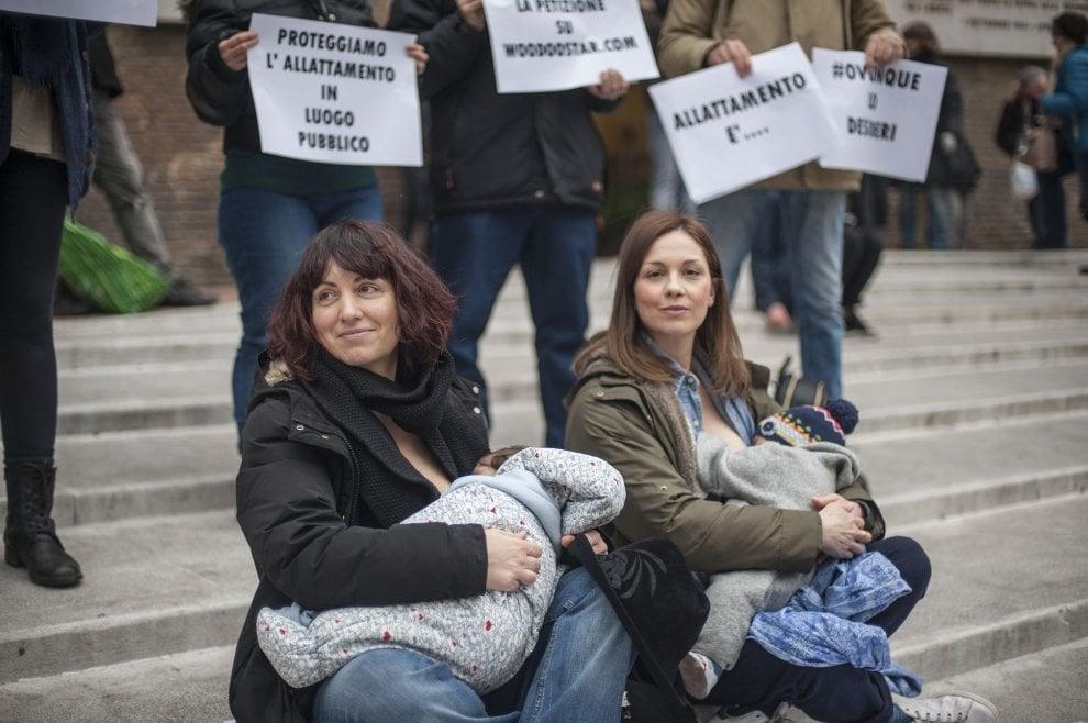 Bologna, il flashmob delle mamme che allattano i bimbi in piazza