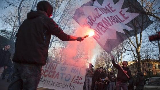 """Bologna, studenti battono le mani sul portone del """"36: """"Riapriremo la biblioteca"""""""
