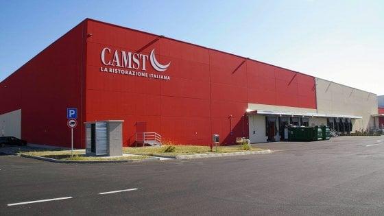 Servizio va in appalto, tre lavoratori licenziati: sciopero alla Camst di Bologna