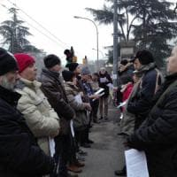 Bologna, gli antiabortisti pregano davanti all'ospedale: