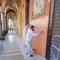 Bologna, cancellati  i graffiti da via Sant'Isaia