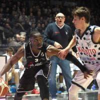 Basket, otto tifosi denunciati dopo i disordini del derby Virtus-Fortitudo