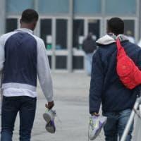 Bologna, il centro migranti scoppia: profughi ospitati negli alberghi della