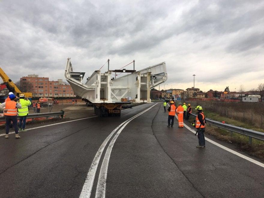 Lungo come mezzo campo di calcio: il ponte del People Mover a Bologna