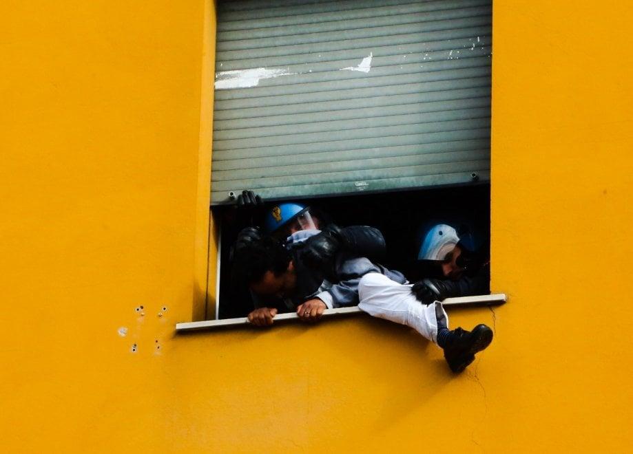 Sfratti Bologna, la polizia interviene in uno stabile in via Carracci