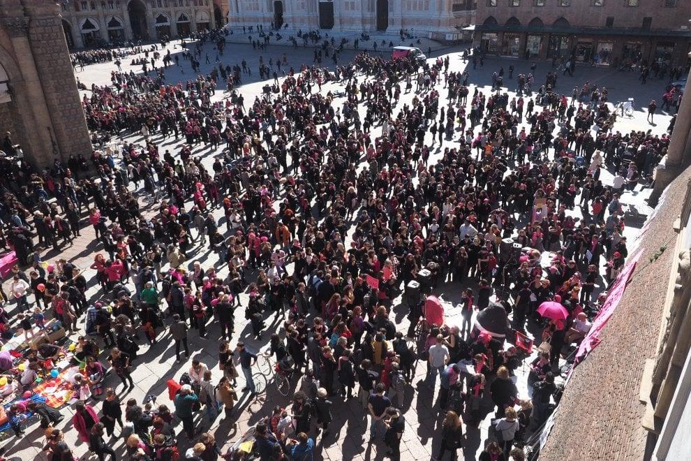 """""""Se le nostre vite non valgono, scioperiamo"""": donne in piazza a Bologna per l'8 marzo"""