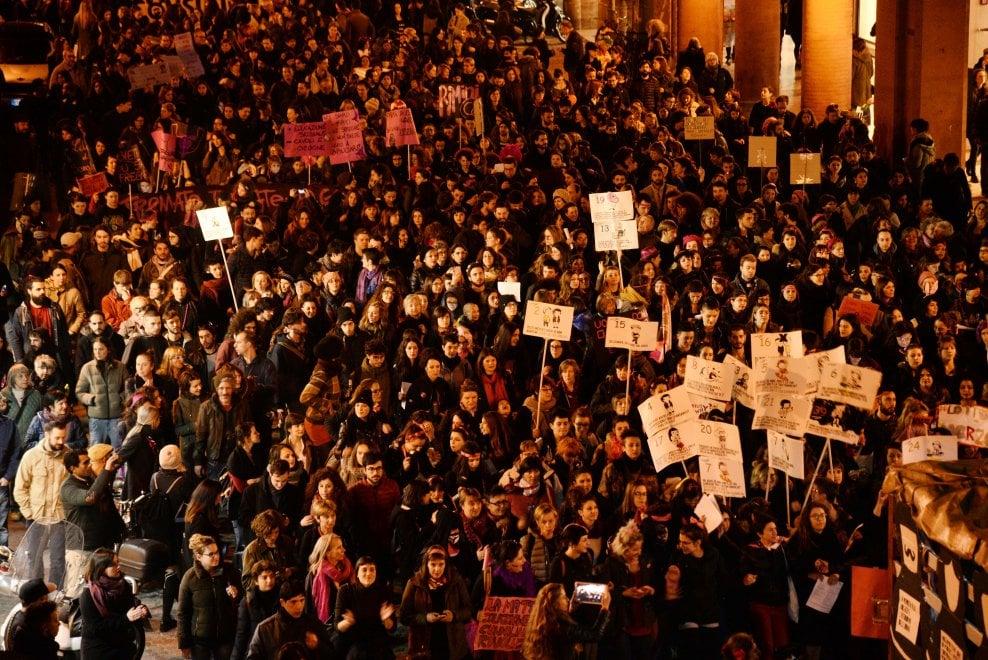 Migliaia di donne in corteo a Bologna, le immagini mozzafiato dell'8 marzo