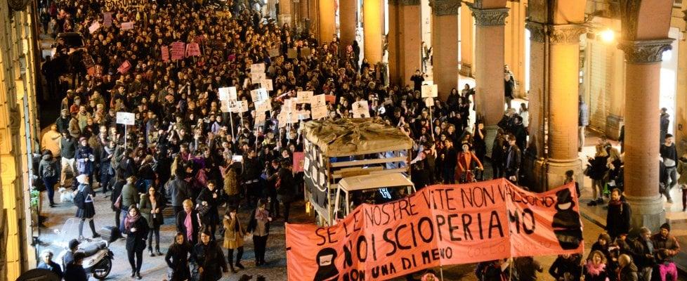 """""""Se le nostre vite non valgono, scioperiamo"""": Bologna, migliaia di donne in piazza per l'8 marzo"""