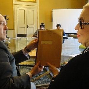 """Il manoscritto de """"Gli occhiali d'oro"""" donato al Comune di Ferrara"""