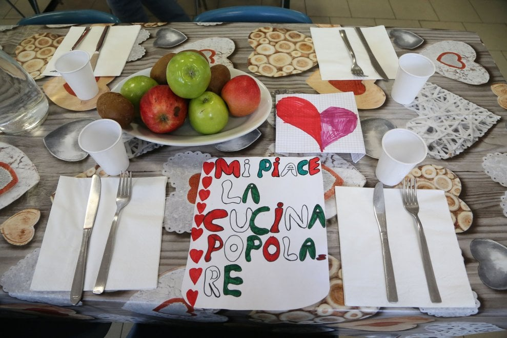 """Bologna, i disegni dei bimbi in visita alla mensa dei poveri: """"Grazie per quello che fate"""""""
