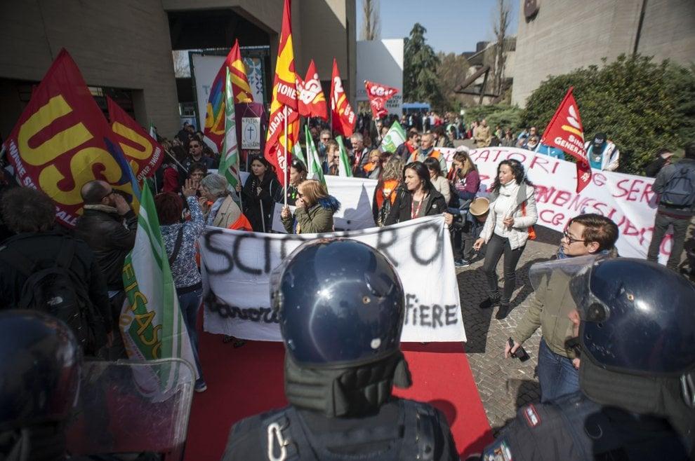 Bologna, il corteo dei lavoratori della Fiera sul tappeto rosso del Cosmoprof