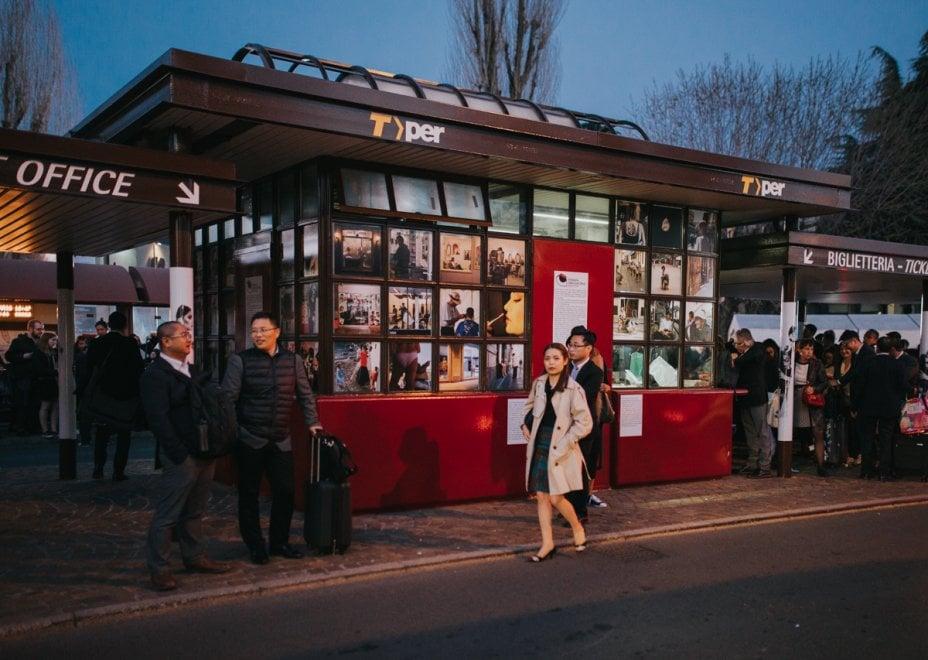 Non solo Cosmoprof. A Bologna la fotografia racconta corpo e bellezza alla fermata del bus