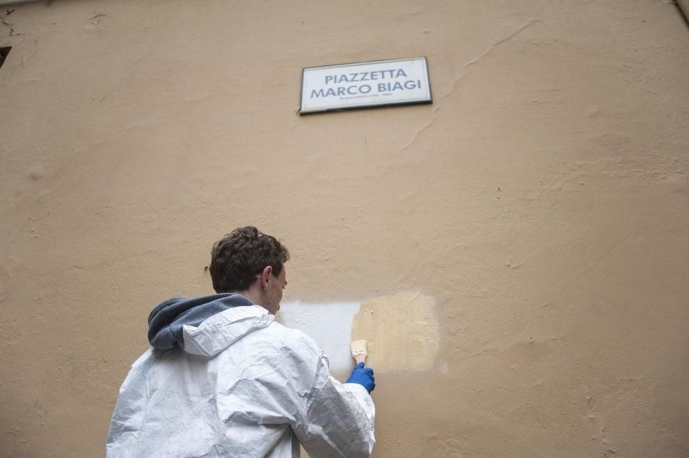 Bologna, studenti ripuliscono dalle scritte piazzetta Marco Biagi