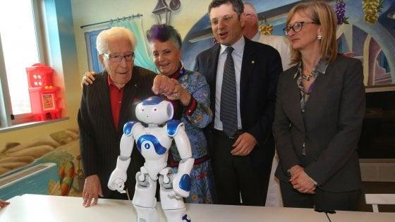 Bologna |  in ospedale c' è Marino |  il robot che insegna ai piccoli pazienti a non aver paura