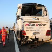 Bologna, scontro pullman-tir in autostrada: 16 feriti, tre in codice giallo