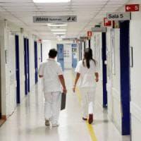 Bologna, entra in ospedale con un'ernia del disco: ne esce sulla sedia a