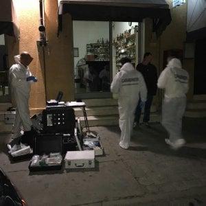 Budrio, barista reagisce a rapina: ucciso con un solo colpo al petto. Caccia al killer, fuggito a piedi forse ferito
