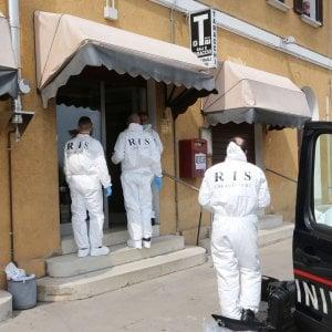 """Bologna, barista ucciso: caccia al rapinatore. La moglie: """"Occhi senza pietà"""""""