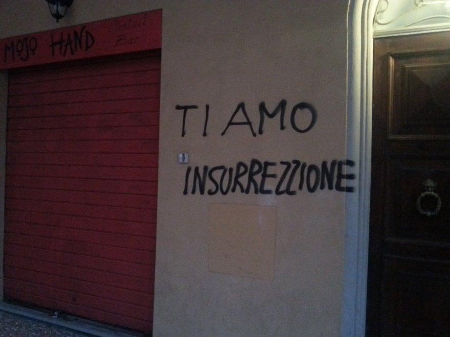 Raffica di graffiti al Pratello: strada tappezzata da scritte (e uno strafalcione)