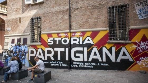 """Bologna, murale anti-polizia in centro: """"Cita la Resistenza, non toccatelo"""""""