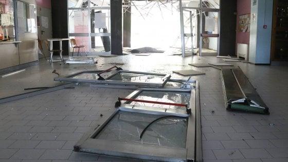 Carpi, rubano autobus dal deposito e si schiantano nella notte contro una scuola