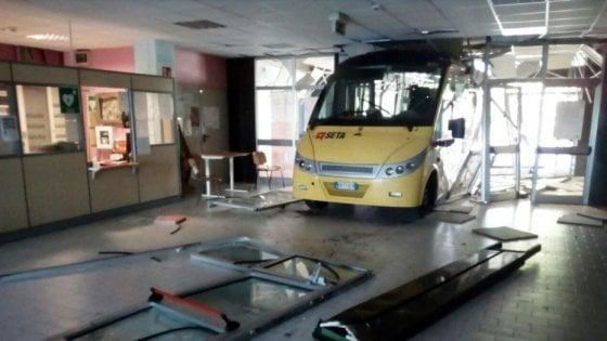 Devastarono scuola con dei bus rubati: tre minori arrestati a Carpi