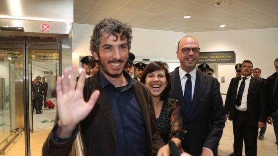 Bologna, Del Grande abbraccia la compagna e i genitori in aeroporto