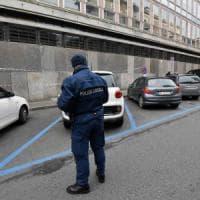 Reggio Emilia, ladro si nasconde dai vigili urbani dopo il furto: preso