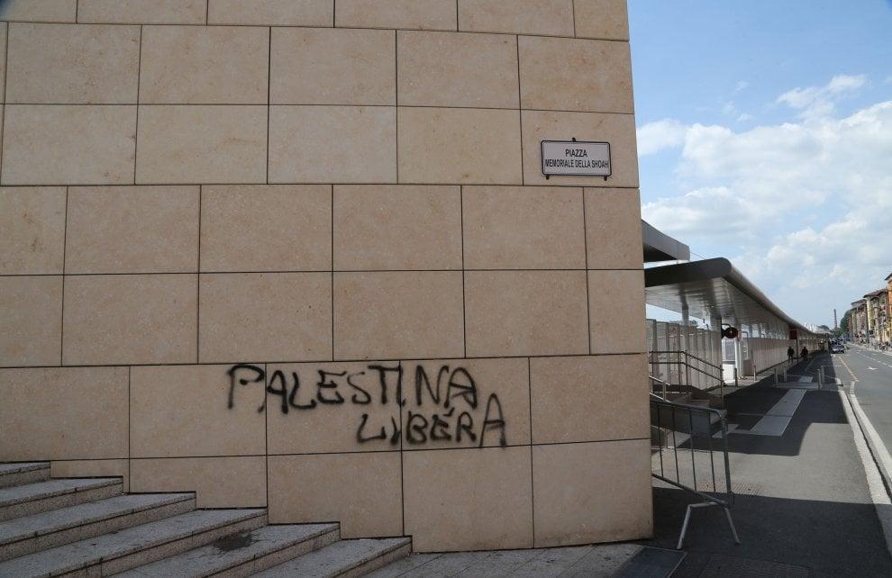 Bologna, 25 aprile: corteo imbratta monumento alla Shoah