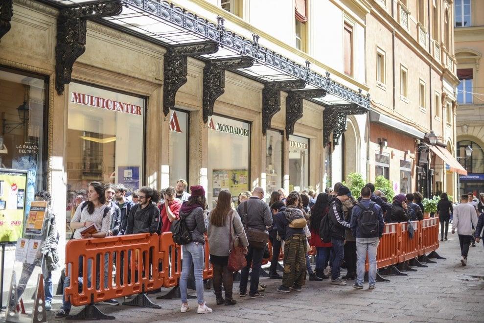 Bologna, in coda alla libreria Mondadori per Zerocalcare