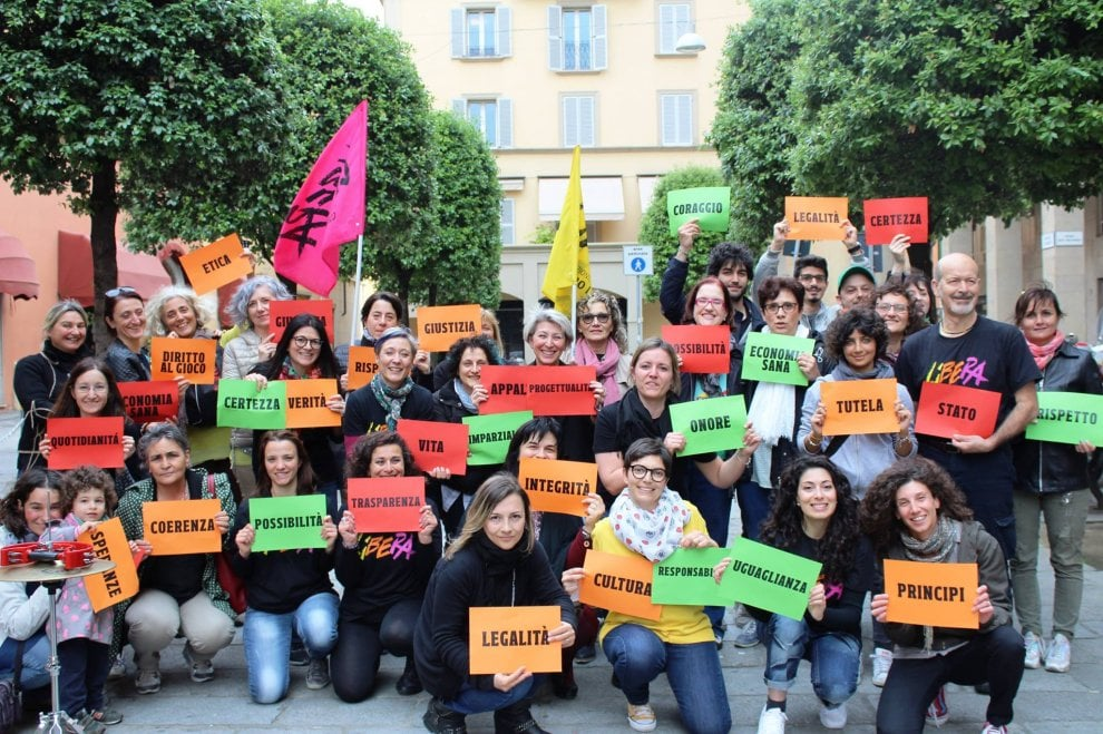 Bologna, il flash mob degli educatori contro la mafia