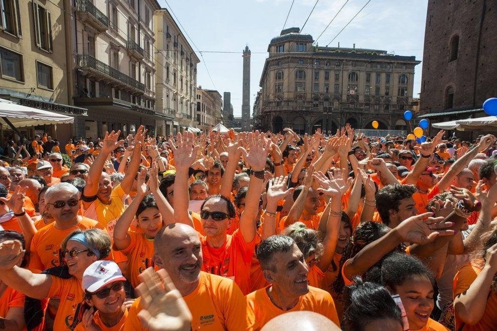 Strabologna, oltre 18mila di corsa: un'onda da record riempie il centro