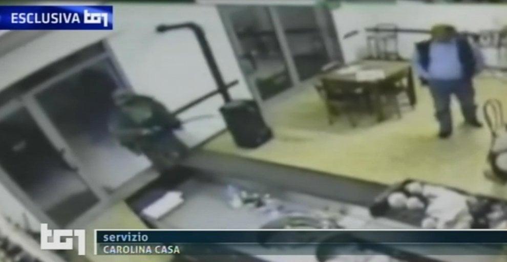 La fotosequenza dell'assalto di Igor nel bar di Budrio