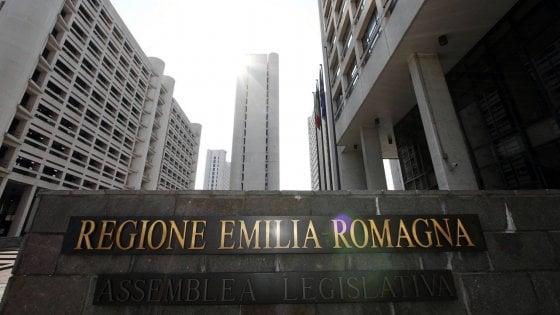 Niente infradito, caffè e sigaretta col badge, telecamere: Emilia-Romagna, nuove regole per gli impiegati regionali