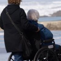 Una legge per chi accudisce parenti malati e anziani: Emilia-Romagna apripista in Italia