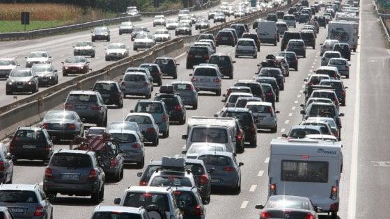 A14, furgone si ribalta e urta macchine: due morti e tre feriti