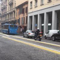 Bologna, minaccia agente in borghese perché ha usato la preferenziale