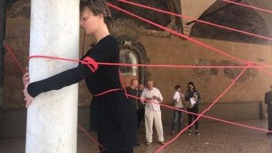 """La ballerina s'incatena al portico  """"Basta con gli sfregi in centro""""  foto"""