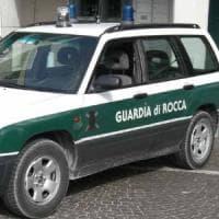San Marino, scopre compagno impiccato, ruba pistola agli agenti e si spara