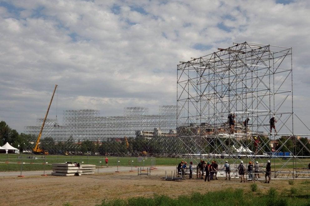 Modena, i lavori per montare il mega-palco di Vasco Rossi