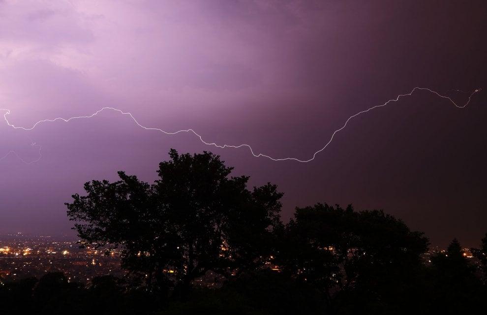 E' arrivato il temporale: lo spettacolo dei fulmini nel cielo sopra l'Emilia
