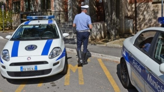 Modena, caccia al pirata della strada: ha investito un ciclista davanti ai figli
