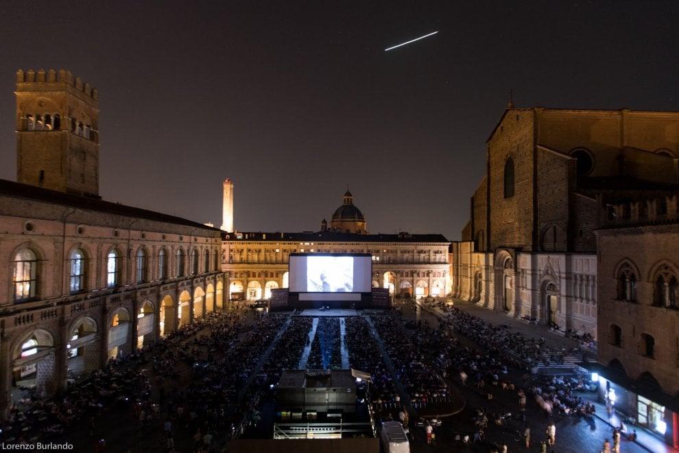Bologna, stella cadente sul cinema in piazza
