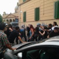 Bologna, scontri tra la polizia e attivisti di Làbas