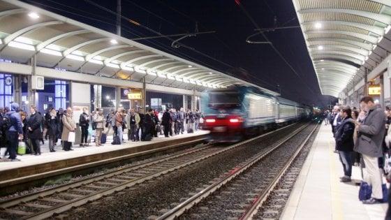 Guasti e ritardi per un Intercity notte, malori a bordo per il caldo: cede anche il capotreno